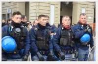 polizia toglie casco